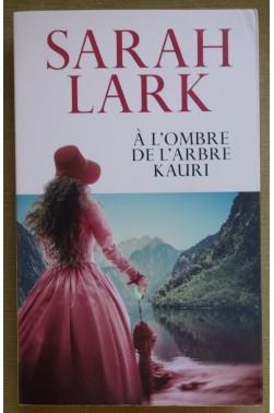 A l'ombre de l'arbre Kauri - S. Lark - Ed. France Loisirs, 2018 - TBE -